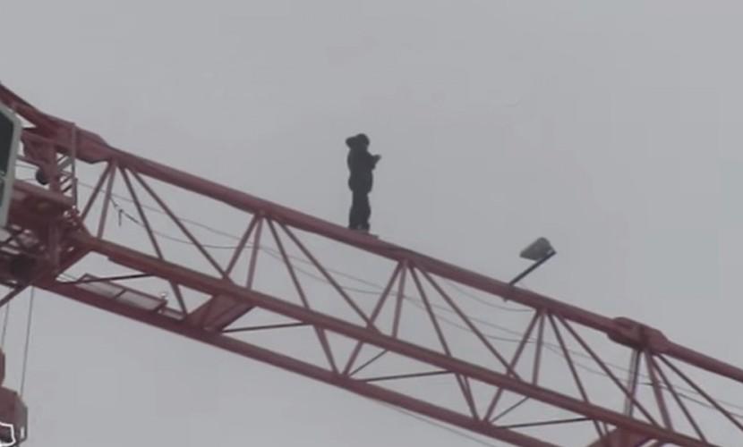 Опасная селфи-прогулка молодого тюменца по башенному крану попала на видео