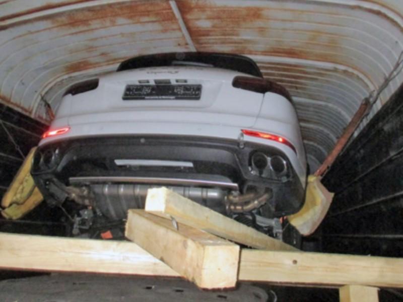 Контрабандные Porsche Cayenne под видом моющих средств обнаружили таможенники в Псковской области