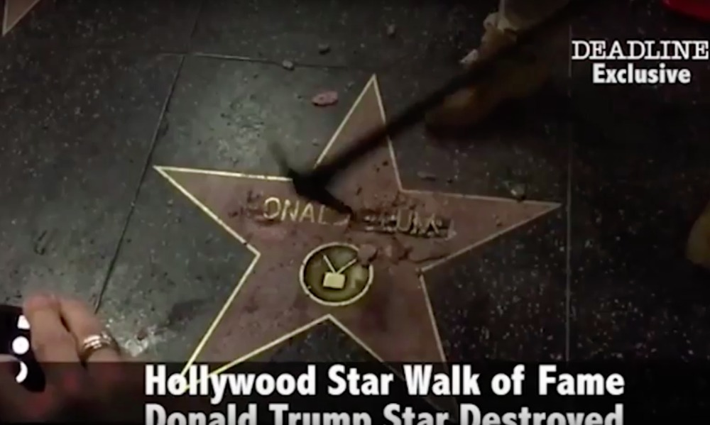 Опубликовано видео, как вандал разбивает киркой звезду Трампа на