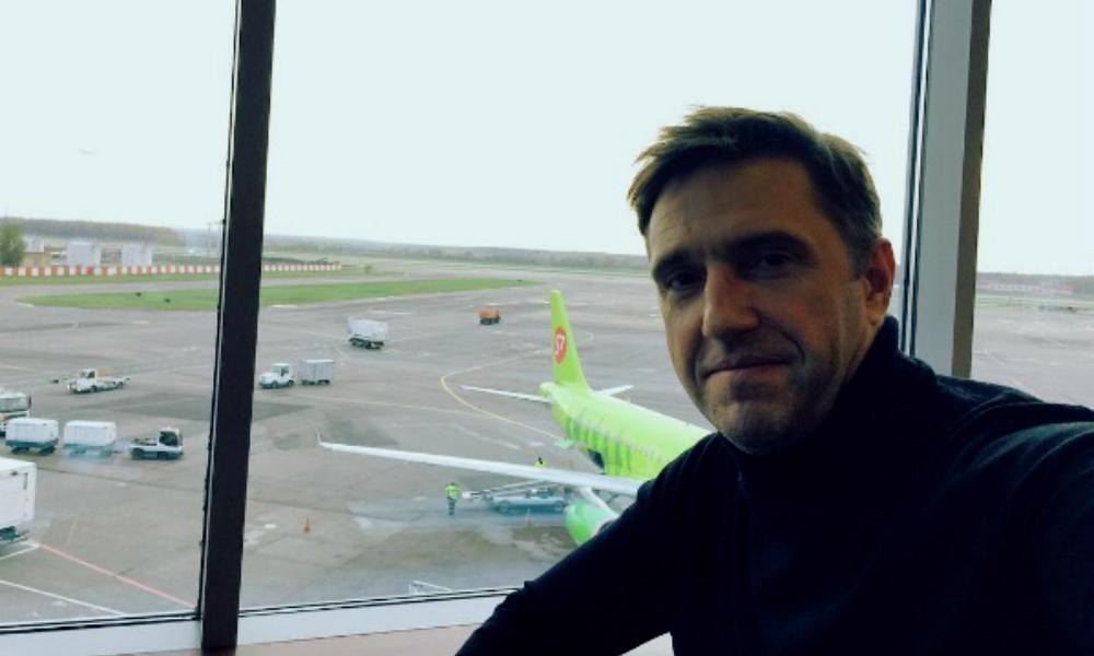 Брутальный мачо Владимир Вдовиченков обвинил таможенника из Внуково в неприличных прикосновениях