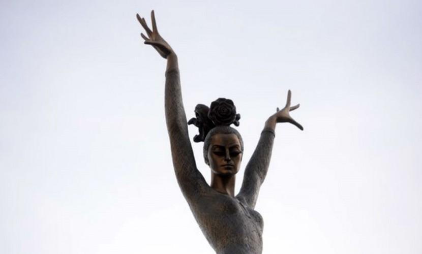 Памятник Майе Плисецкой в образе парящей на фоне неба Кармен установили в Москве