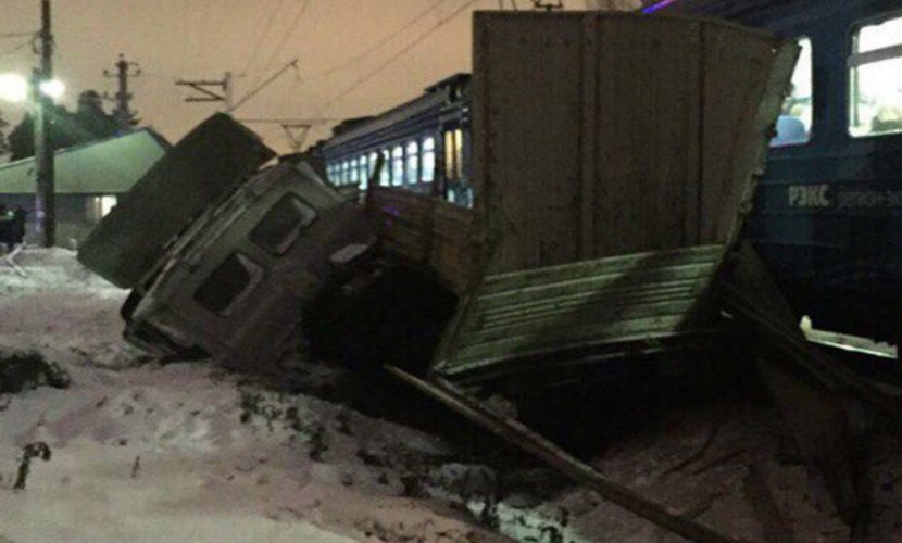 Жуткое ДТП с раздавившей грузовик электричкой под Москвой попало на видео