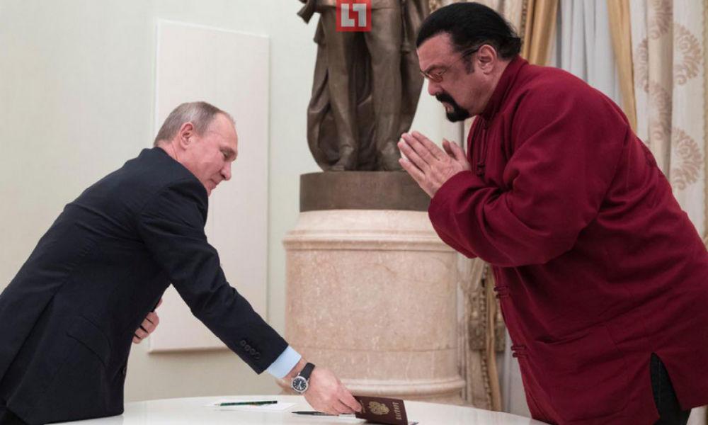 Стивен Сигал получил российский паспорт из рук Владимира Путина