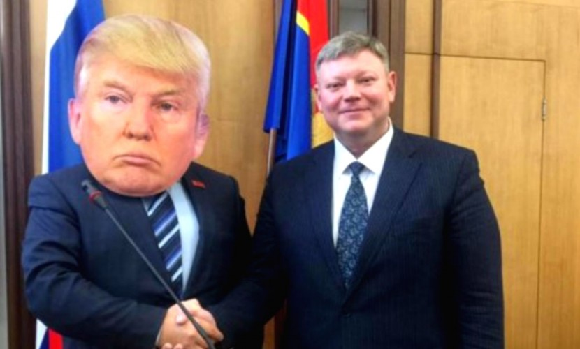 Пришедший на заседание в маске Трампа депутат-шутник из Красноярска стал звездой соцсетей