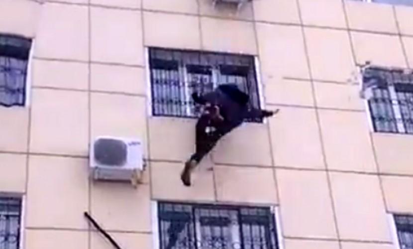 Падение кричащей на мужчину девушки из окна сняли на видео в Тюмени