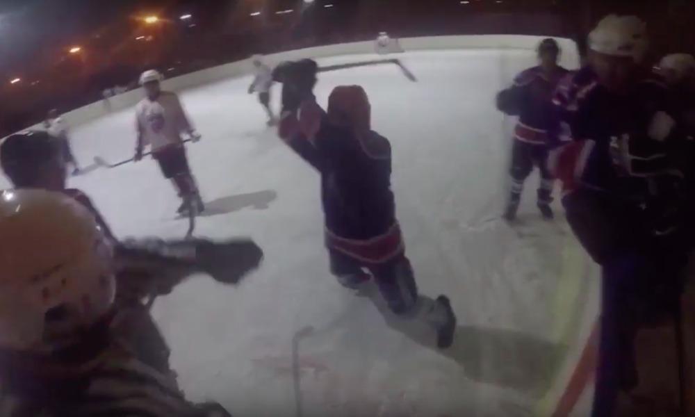 Избиение разъяренным игроком клюшкой хоккейного судьи в Улан-Удэ попало на видео