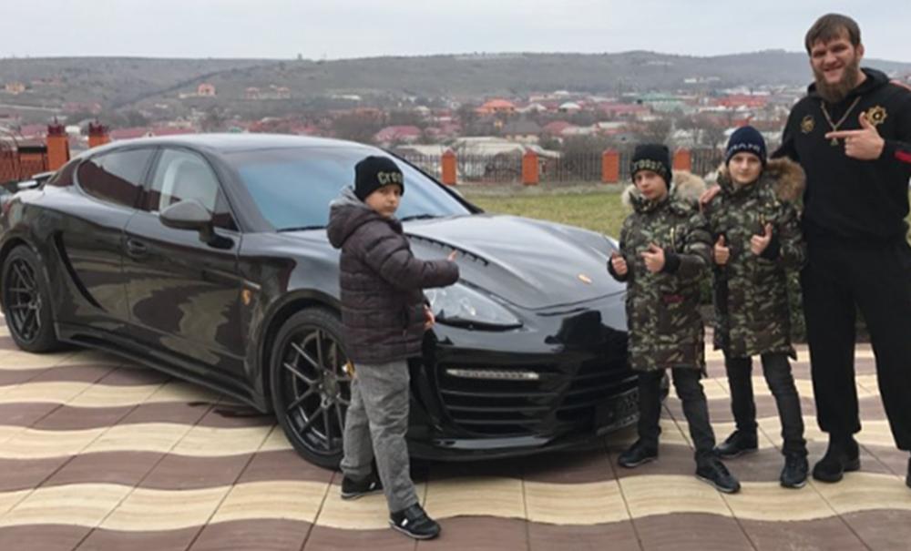 Сыновья Кадырова преподнесли своему тренеру в подарок элитную иномарку