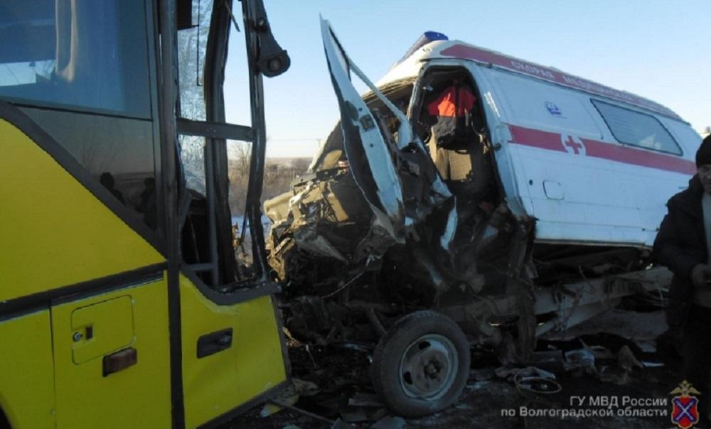 Скорая столкнулась с автобусом под Волгоградом: четыре человека в больнице