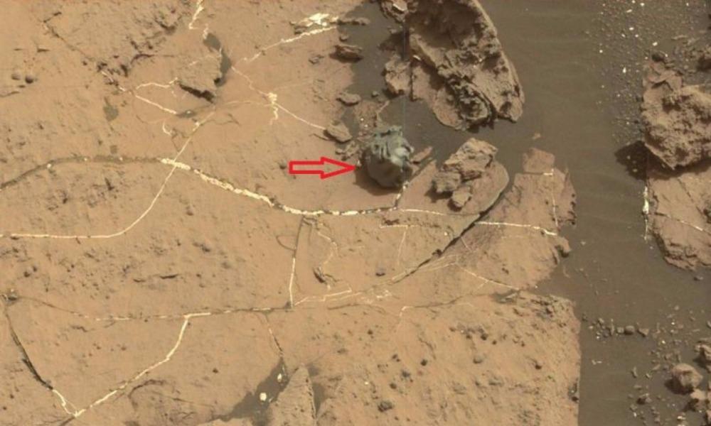 Ровер NASA Curiosity нашел на одной из гор Марса металлический метеорит странной формы