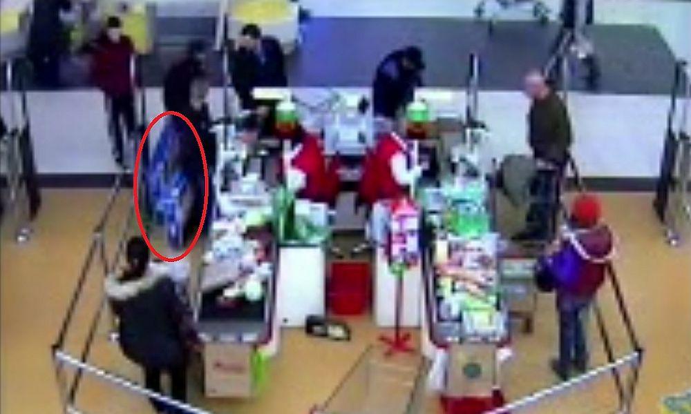 Дерзкая кража двух плазменных телевизоров в московском супермаркете попала на видео