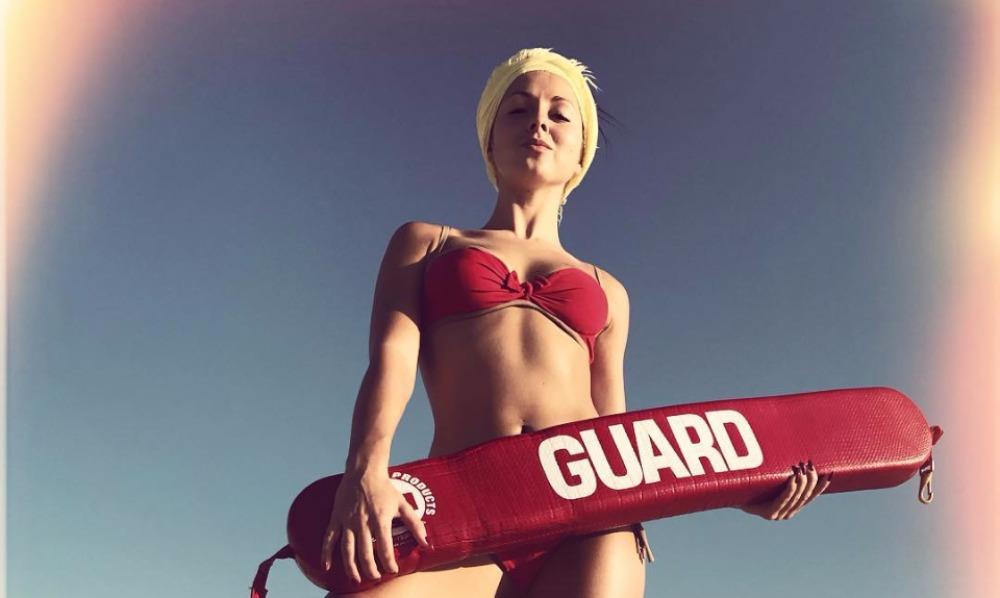 Нюша надела на заслуженном отдыхе красный купальник и стала «спасателем Малибу»