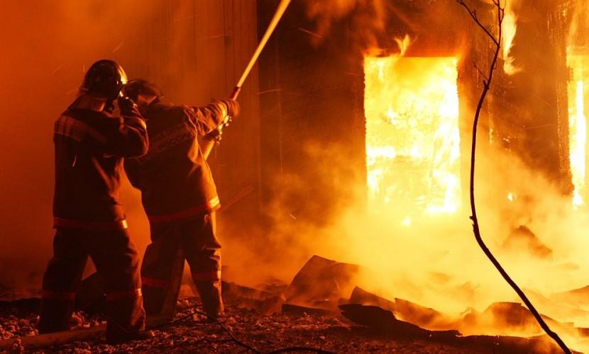 Сотрудники МЧС спасли от гибели более 40 человек во время пожара в жилом доме в Бурятии