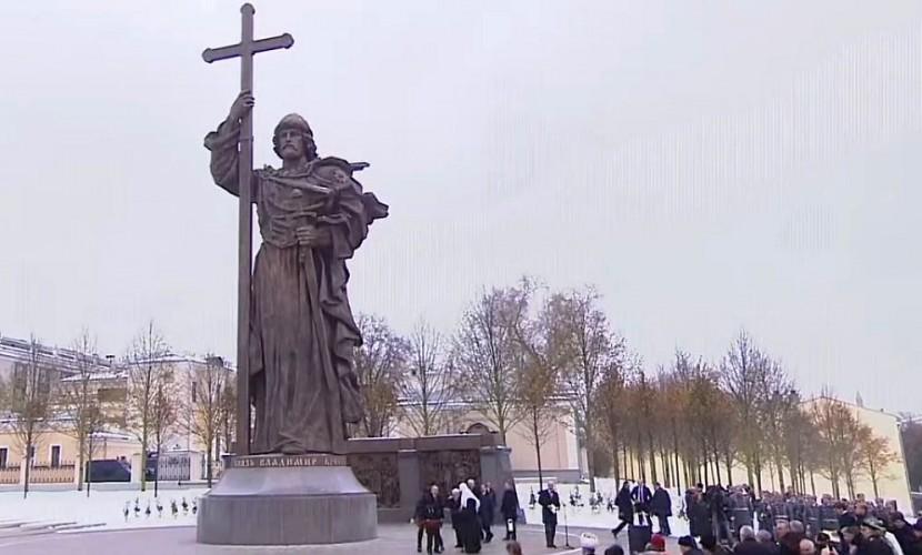 Путин открыл памятник особо почитаемому святому князю Владимиру в самом сердце России
