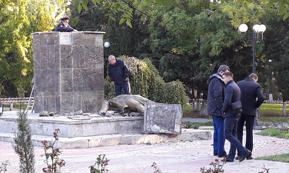 Полицейские задержали разрушивших памятник Ленину вандалов-хулиганов в крымском Судаке