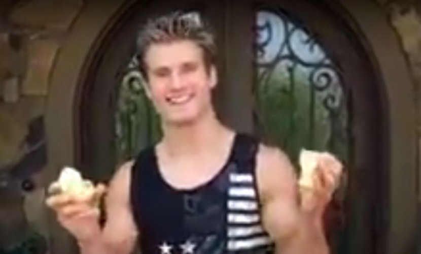 Видеофлешмоб с ломанием яблок голыми руками набирает популярность в Сети