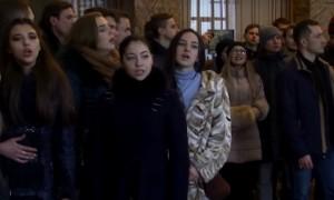 Жители Донецка устроили пронзительный флешмоб, исполнив песню из фильма «Офицеры» в здании полуразбитого ж/д вокзала