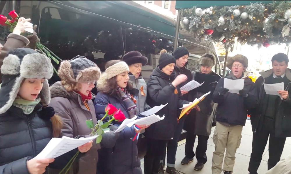 Опубликовано видео массового исполнения американцами гимна России в Нью-Йорке