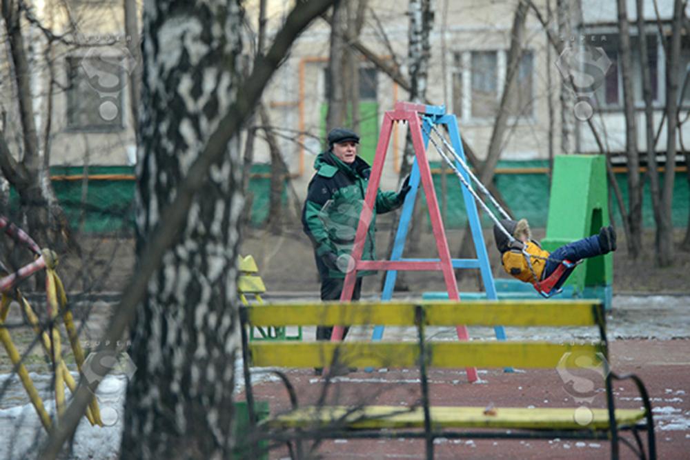Отец Сергея Безрукова гуляет с внуком