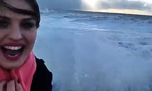 Девушку смыло, когда она пыталась сделать видеоселфи на фоне шторма в Сочи