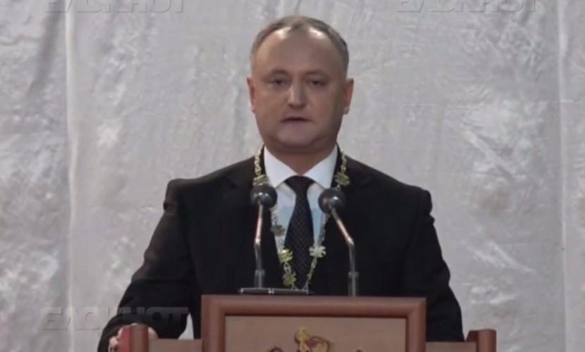 Додон на инаугурации обратился к соотечественникам на двух языках - молдавском и русском