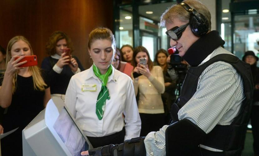 В Интернете появилось видео проверки Сбербанка Германом Грефом в костюме слепоглухого инвалида