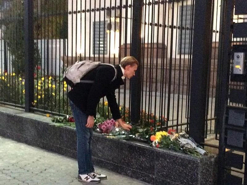 Простые украинцы несут цветы к посольству РФ в Киеве, а чиновники радуются гибели людей