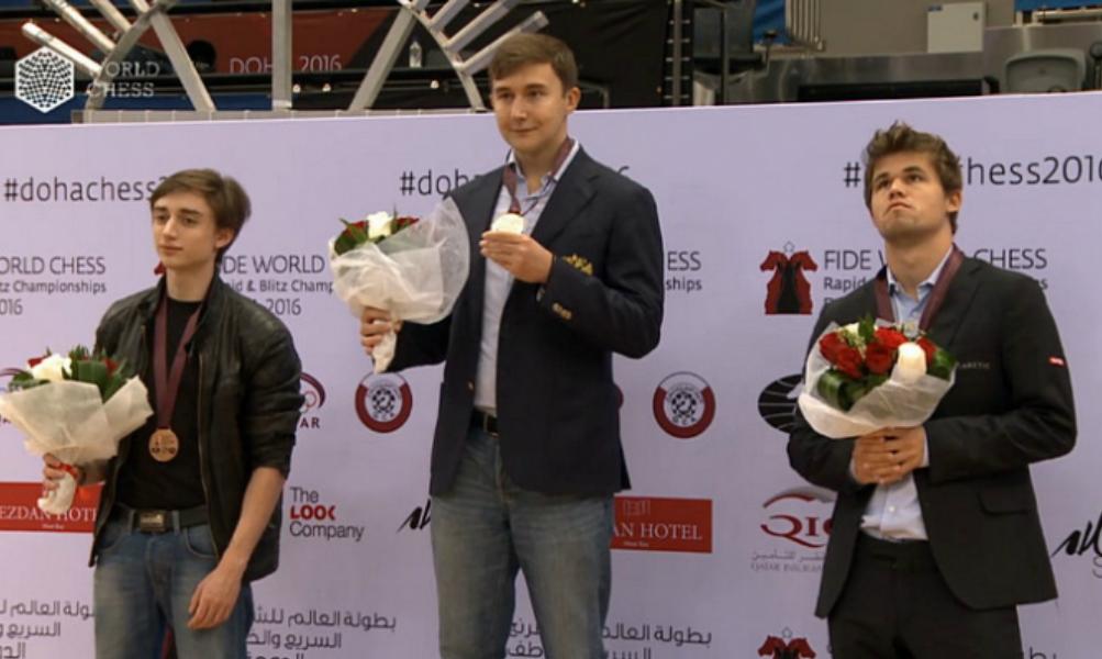 Проигравший Карякину Карлсен у всех на глазах убежал с награждения победителей чемпионата мира по блицу