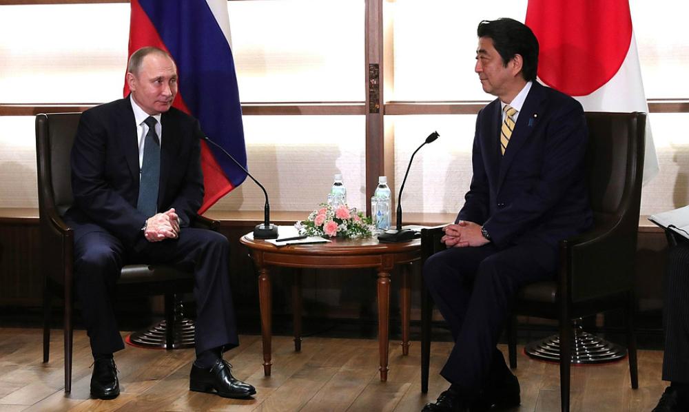 Владимир Путин подарил премьер-министру Японии старинный тульский самовар
