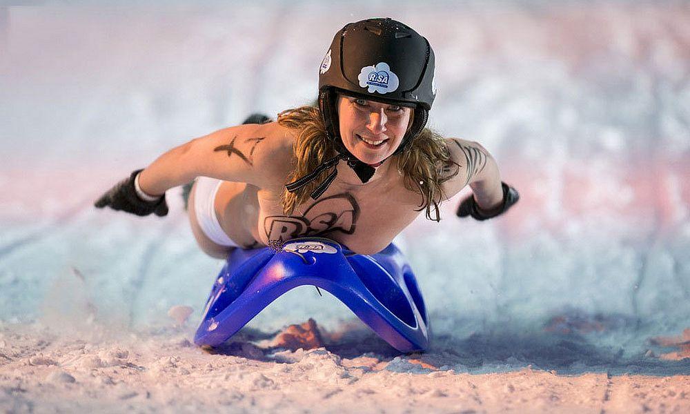 Девушки разделись до трусиков и скатились на санках с горы на популярном зимнем курорте в Германии