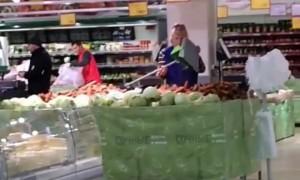 Сцена, как уборщица «Магнита» вываливает в овощи грязь, попала на видео