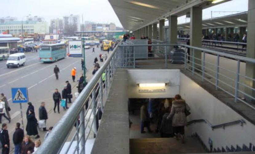 Вмосковском метро мужчина упал нарельсы и умер, произошел коллапс
