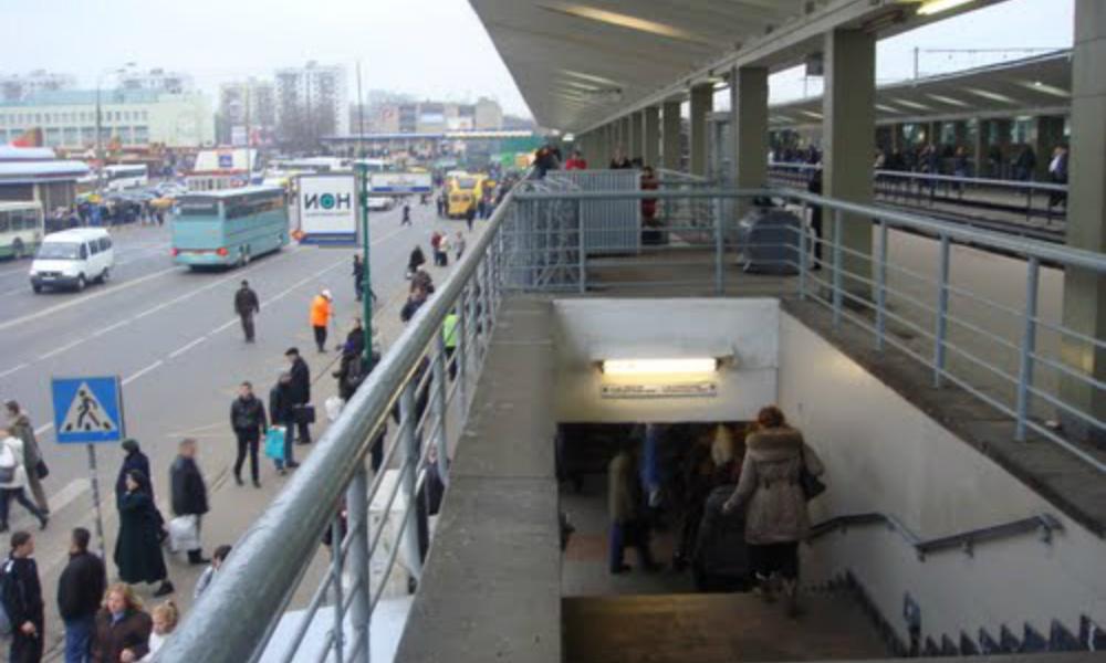 Зажатый между вагонами и платформой мужчина погиб в московском метро