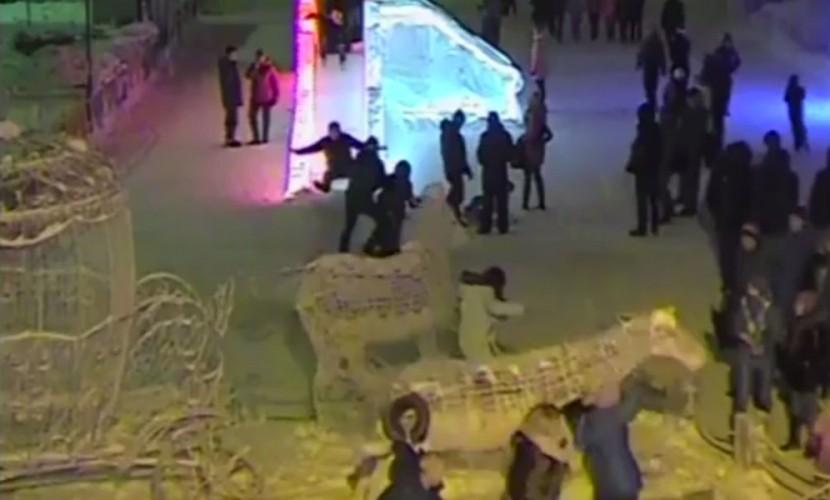 Любительница селфи обрушила скульптуры трех лошадей в Перми и попала на видео