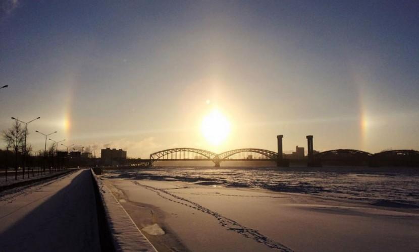Гало в ясном небе восхитило жителей Санкт-Петербурга