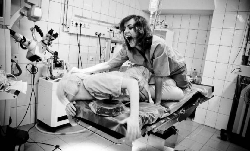 Секс в операционной и позирование с трупом выложила в соцсети врач питерской больницы