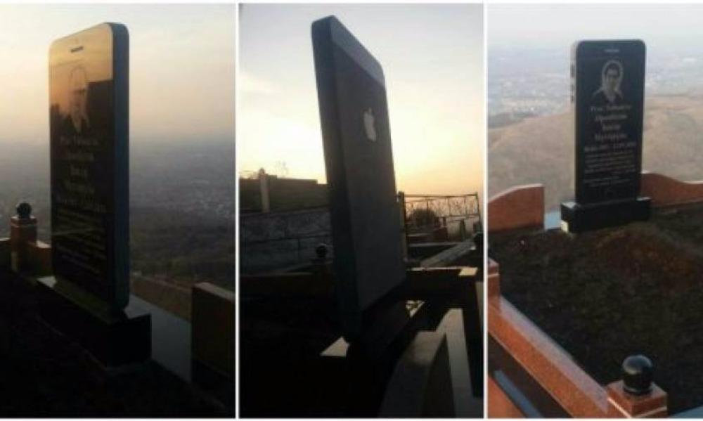 Разработчику казахской клавиатуры для iPhone и iPad поставили памятник на могилу в виде смартфона