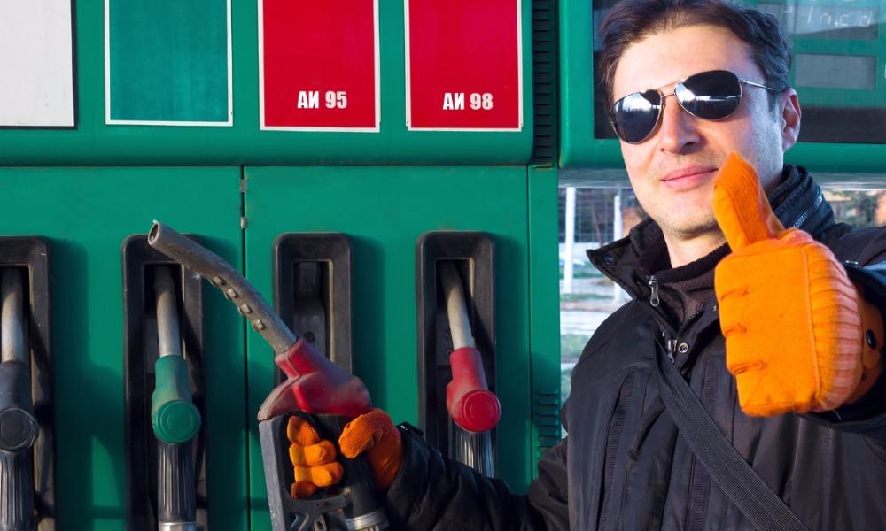 Продажу автолюбителям бензина марки АИ-95 по талонам открыли в Магаданской области