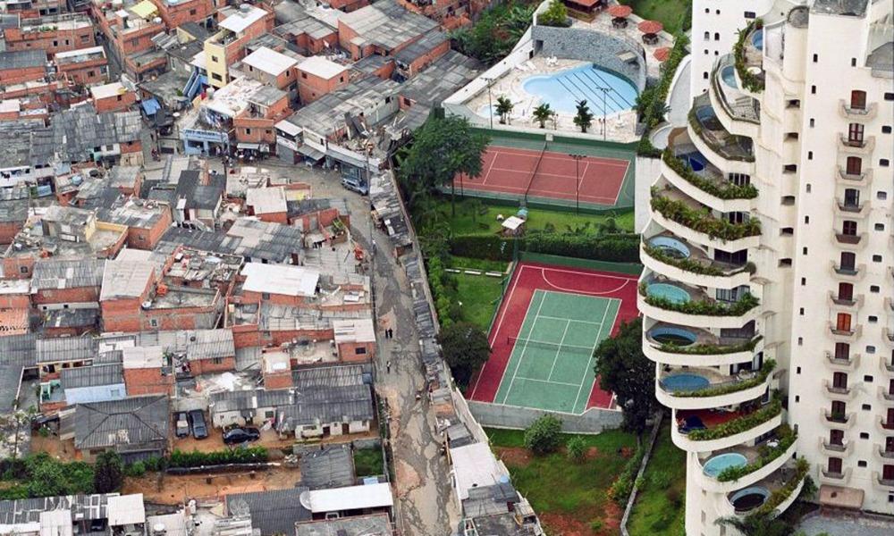 Доходы восьми богатейших людей мира сравнялись с общим