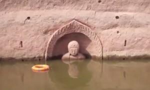 В Китае из-под воды вышел Будда