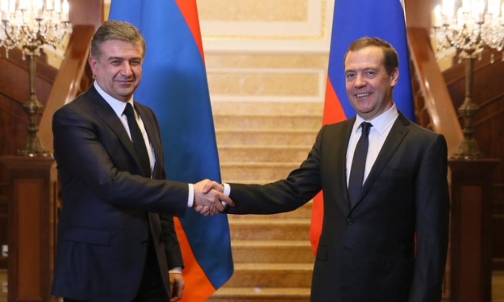 Медведев и Карапетян разрешили россиянам ездить в Армению по внутренним паспортам