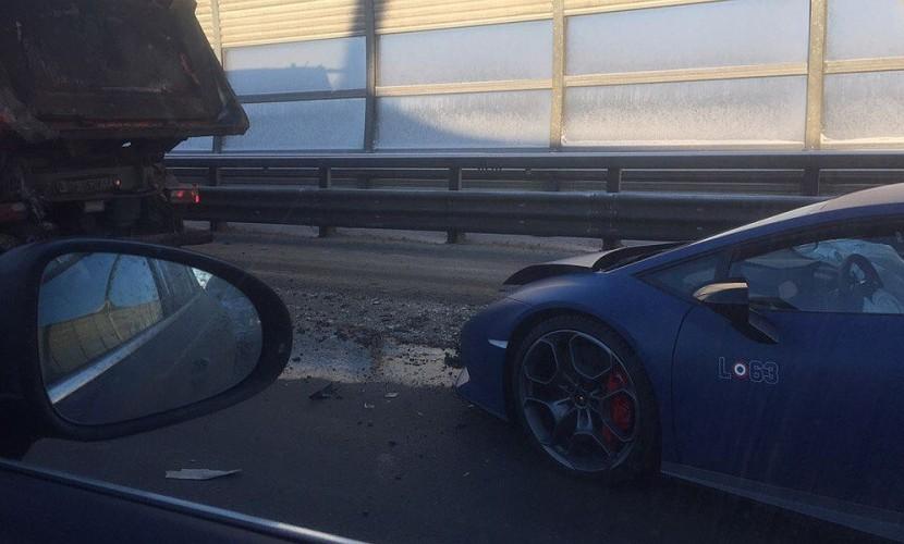 В Сети опубликованы фотографии с места ДТП, где Lamborghini Huracan Avio врезалась в самосвал