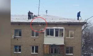 В Уфе рабочие скинули лопаты с крыш на припаркованные авто