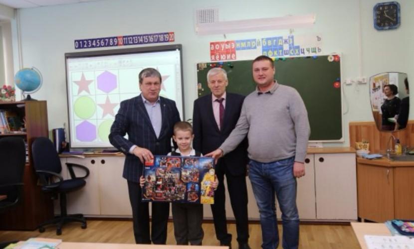 Новосибирский первоклассник получил подарок от Медведева, который