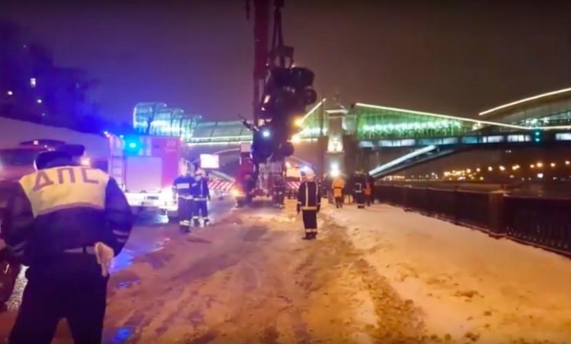 В российской столице инспектор ДПС спас девушку изтонущей машины