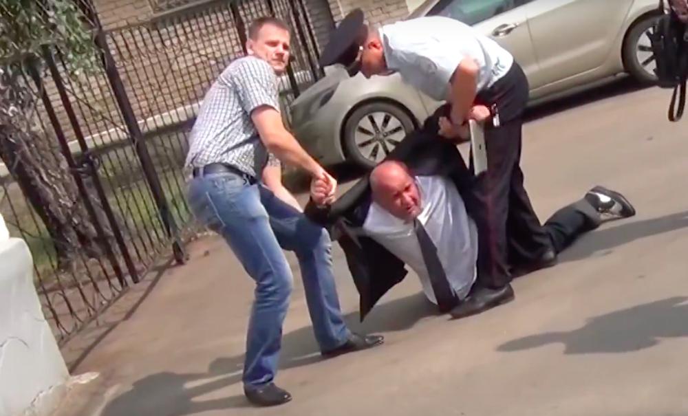 Видео жесткого задержания в подмосковном отделении полиции опубликовано в Сети