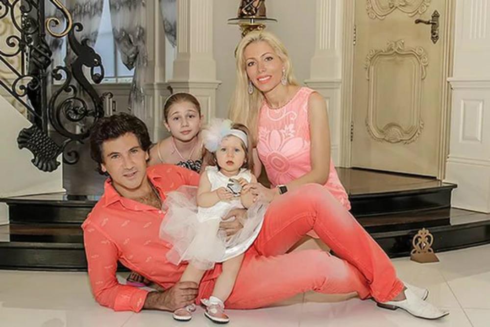 Руссо с женой и дочками