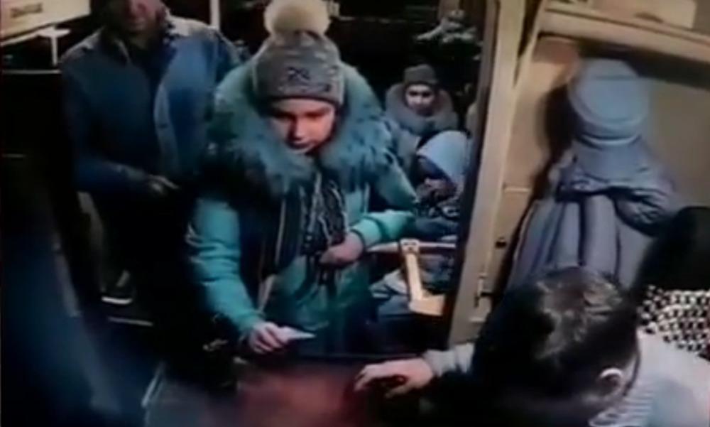 Отказ водителя автобуса дать сдачу с тысячной купюры 12-летней девочке в Выборге попал на видео