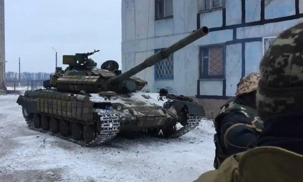 Отрицаемые ОБСЕ украинские танки попали на видео в Авдеевке