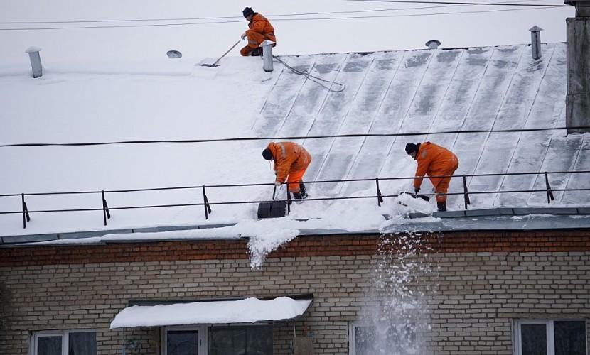 НаАлтае снежный ком рухнул наребенка скрыши поликлиники