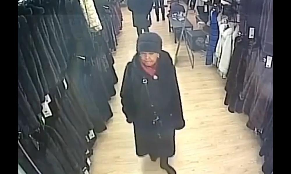 Проворная бабуля украла шубу в пятигорском магазине